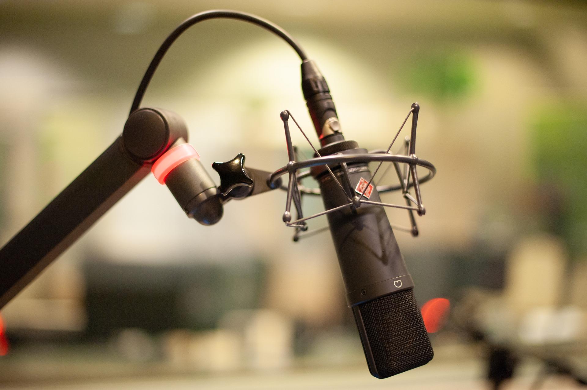 Mikrophon vor verschwommenen Hintergrund